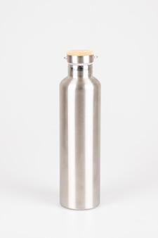 Bottiglie termiche riutilizzabili in acciaio inossidabile ecologico su bianco Foto Premium