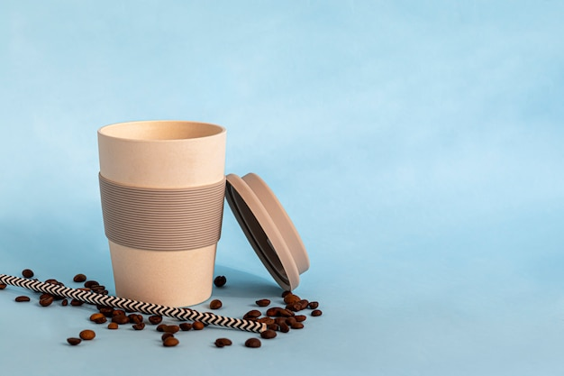 Vetro riutilizzabile realizzato con materiale ecologico. puoi bere sia bevande calde che fredde. caffè, tè, succo di anguria e cocktail alcolici.