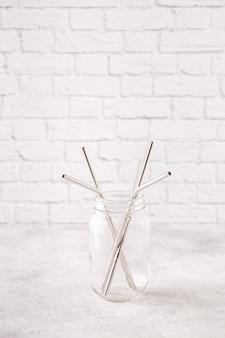 Sraws in metallo riutilizzabili e spazzola per la pulizia in un barattolo. concetto di rifiuti zero.