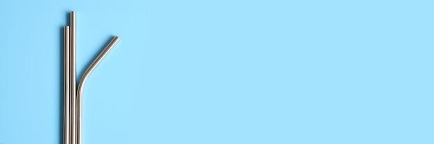 Cannucce riutilizzabili dell'acciaio inossidabile del metallo su una superficie blu