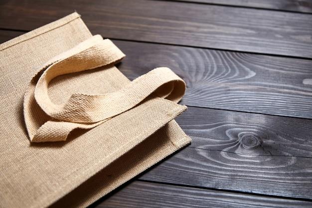 Riutilizzabile shopping bag di iuta sulla tavola di legno marrone