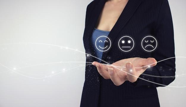 Revisione, valutazione, concetto di soddisfazione. faccina con ologramma digitale della stretta della mano