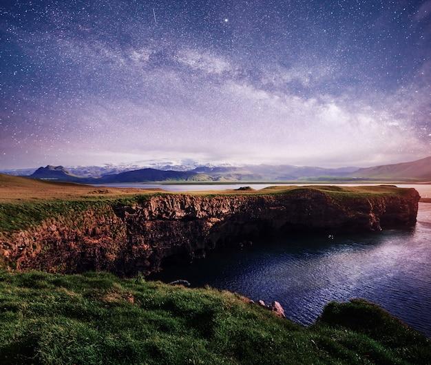 Spiaggia di sabbia nera di reynisfjara in islanda