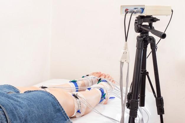 Reogramma degli arti inferiori con le gambe dei pazienti sulla reovasografia