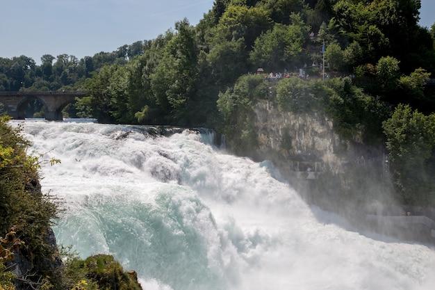 Le cascate del reno sono la cascata più grande d'europa a sciaffusa, in svizzera. paesaggio estivo, tempo soleggiato, cielo azzurro e giornata di sole