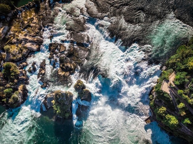 Cascate del reno (rheinfall) cascate con il castello schloss laufen, neuhausen vicino a sciaffusa, canton sciaffusa, svizzera, europa