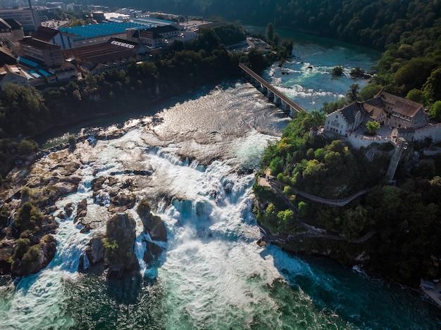 Cascate del reno (rheinfall) cascate con il castello schloss laufen, neuhausen vicino a sciaffusa, canton sciaffusa, svizzera, europa Foto Premium