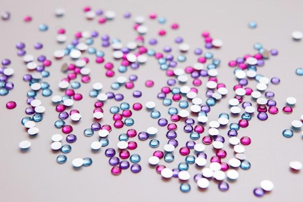 Sfondo moda strass. decorazioni da cucito, perline lucide, concetto astratto di sfondo per le vacanze