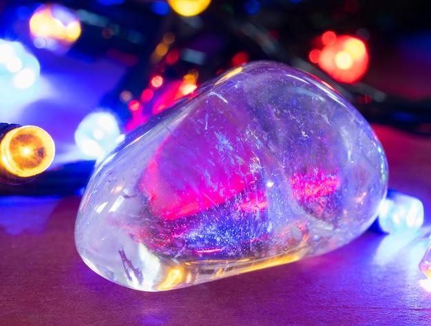 Strass o cristallo di rocca su sfondo colorato