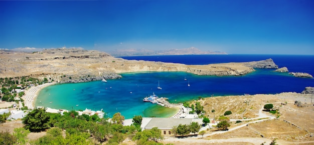 Isola di rodi - popolare baia di lindou con una bella spiaggia. punto di riferimento della grecia