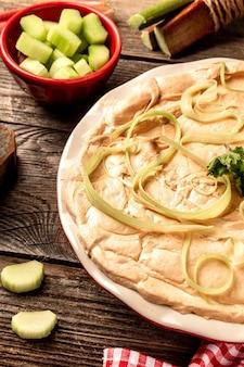Dolce sottosopra del rabarbaro sulla tavola rustica di legno. sfondo ricetta alimentare. avvicinamento
