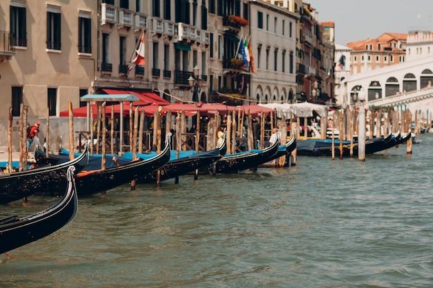 Ponte di rialto e grand canal a venezia, italia