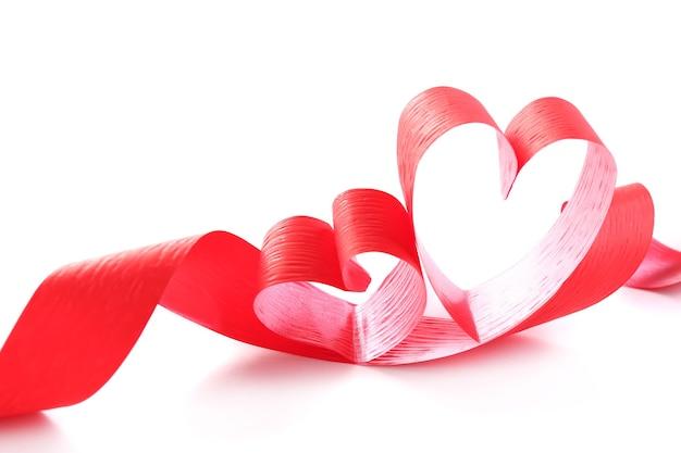 Nastro a forma di cuore isolato su sfondo bianco
