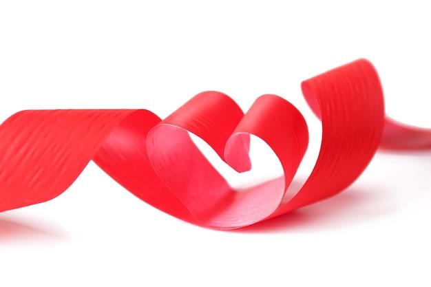 Nastro a forma di cuore su sfondo bianco