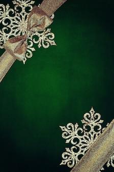 Nastro con fiocchi di neve, sfondo di carta strutturata