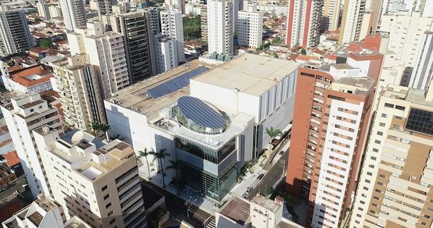 Ribeirao preto, sao paulo / brasile - circa agosto 2019: riprese aeree del centro commerciale santa ãšrsula nel centro di ribeirao preto.