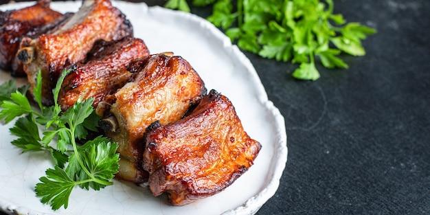 Costine di carne con pezzi di osso e lardo grigliato salsa barbecue secondo piatto
