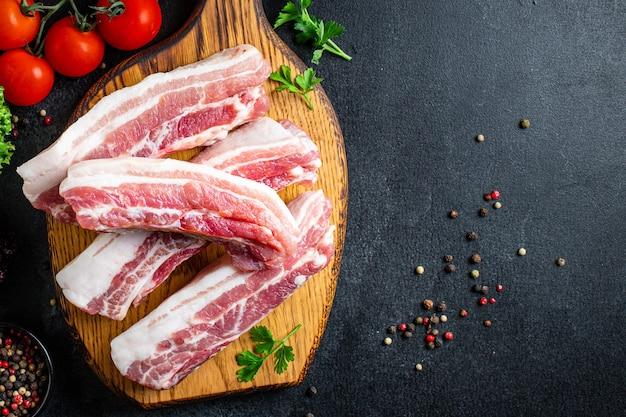 Costine di maiale cruda carne con l'osso e lardo grasso di carne alla griglia barbecue cucinare spuntino pronto da mangiare