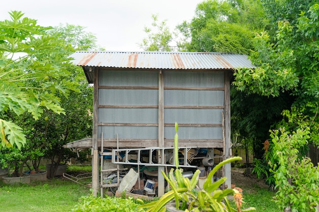 Granaio di riso per lo stoccaggio e l'essiccazione del riso raccolto nell'area del cortile. nel nord-est della thailandia.