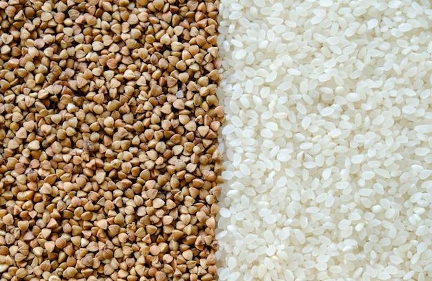 Riso e grano saraceno sul tavolo.
