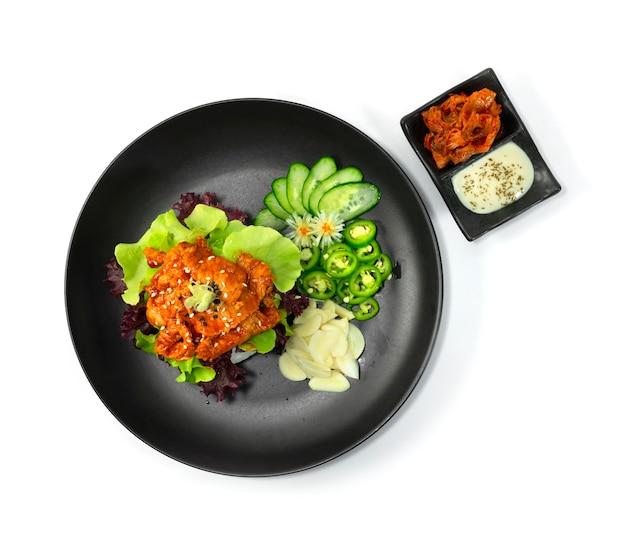 Burger di riso bulgogi maiale in stile coreano servito salsa di panna acida e kimchi decorano la vista dall'alto di verdure