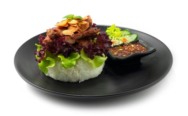 Hamburger di riso maiale alla griglia succoso (moo-ping) servito salsa al peperoncino stile fusion thaifood decorare la vista laterale delle verdure