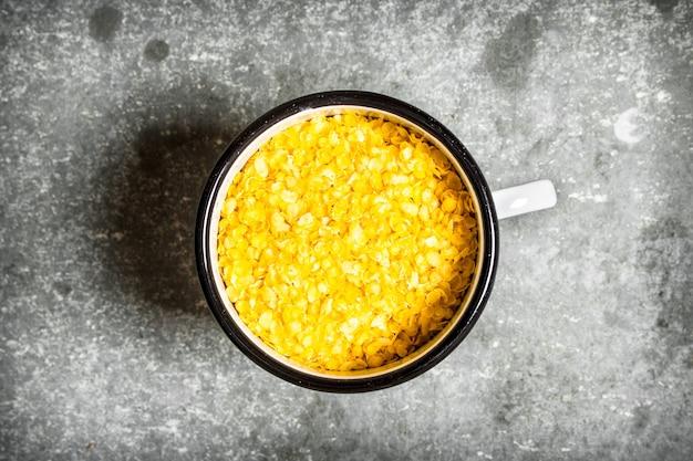 Cereali di riso in una tazza