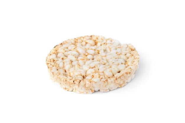 Pane croccante di riso isolato su sfondo bianco.
