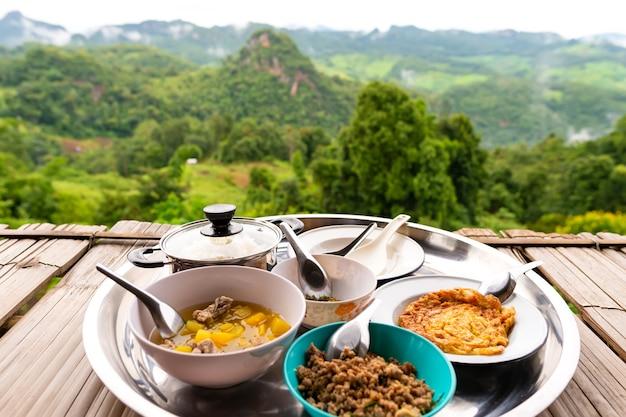Piattaforma del riso in mezzo alla natura, mae hong son province