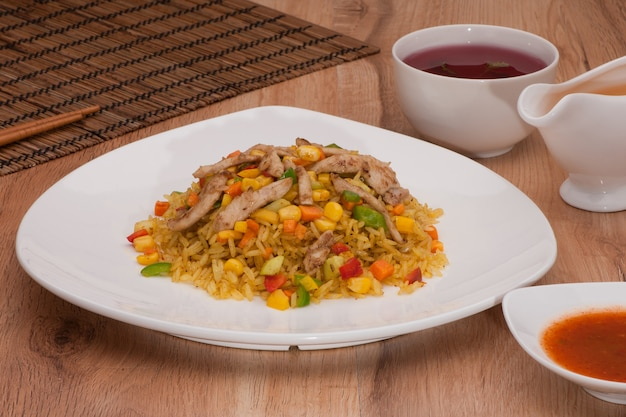 Piatto di riso con salsa su fondo scuro