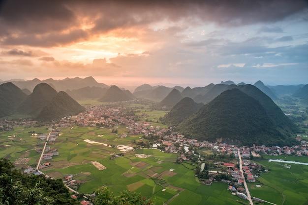 Campo di riso nella valle intorno con vista panoramica sulle montagne nella valle di bac son, lang son, vietnam
