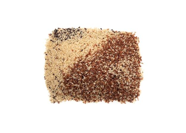 Mix organico di germe di riso su sfondo bianco isolato