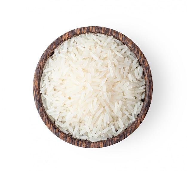 Chicchi di riso in ciotola di legno isolata