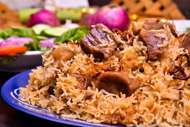 Riso e carne con differenti fotografie dell'alimento delle spezie