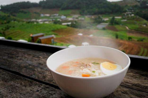 Polenta di riso nella ciotola pronta per essere servita