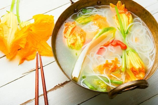 Zuppa di spaghetti di riso con fiori di zucca
