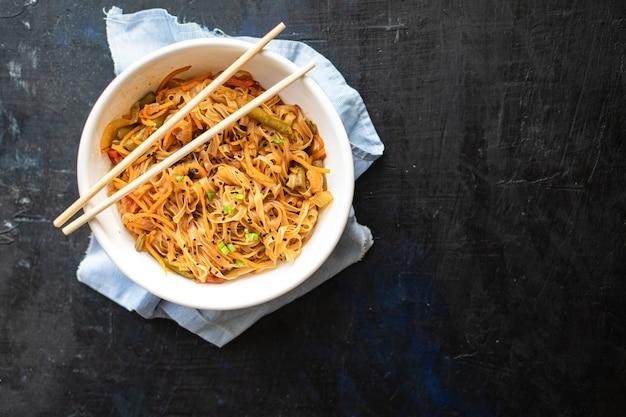 Spaghetti di riso wok shirataki funchose verdure salsa di soia zuppa pho pho bo pad thai food