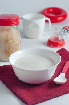 Porridge di riso pronto per la prima esca del bambino