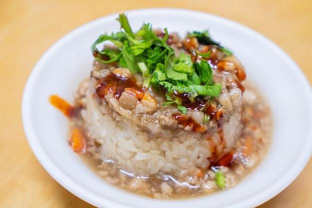Budino di riso (tube rice cake), popolare e deliziosa prelibatezza gourmet di street food taiwanese, a base di riso glutinoso e maiale con salsa di peperoncino dolce.