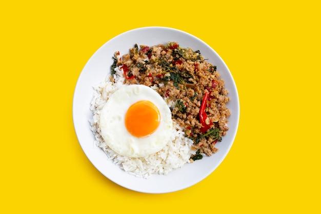 Riso condito con maiale saltato in padella con basilico santo e uovo fritto