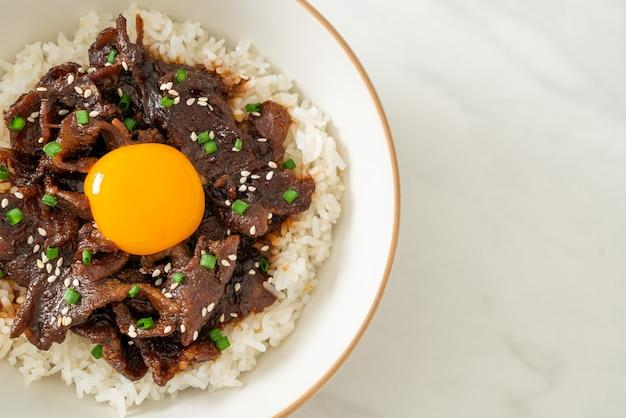Riso con maiale alla soia o ciotola donburi di maiale giapponese - stile asiatico
