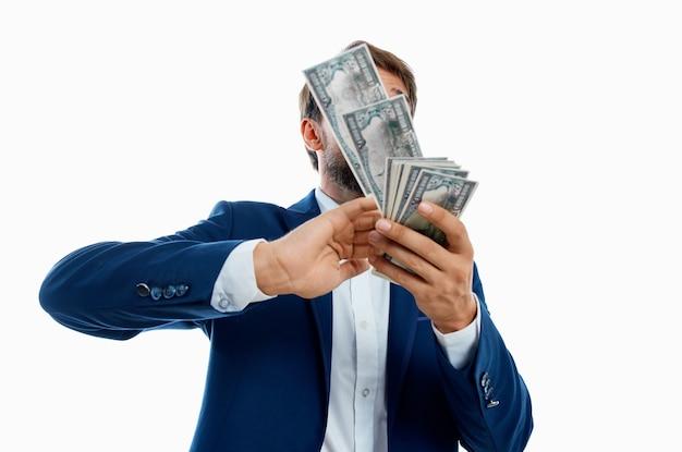 Uomo ricco denaro in mano isolato sfondo. foto di alta qualità