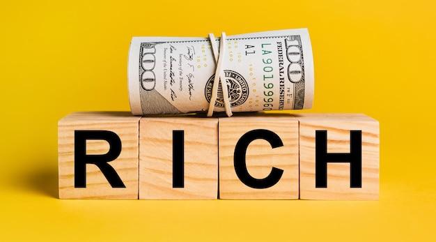 Ricco di soldi su sfondo giallo. il concetto di affari, finanza, credito, reddito, risparmio, investimenti, cambio, tasse