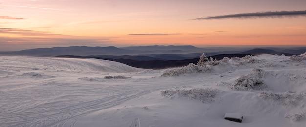 La cresta runa polonyna nei carpazi, ucraina in inverno