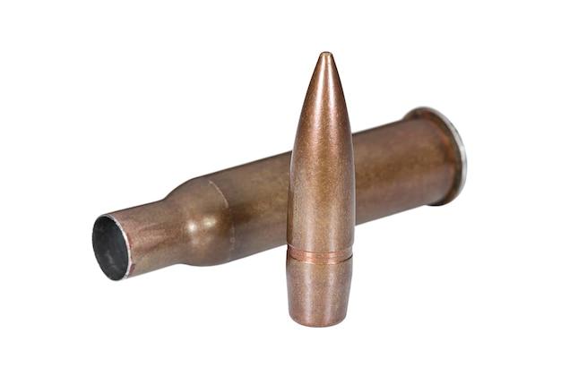 Proiettile di fucile e pistola a cartuccia a pallini su superficie bianca