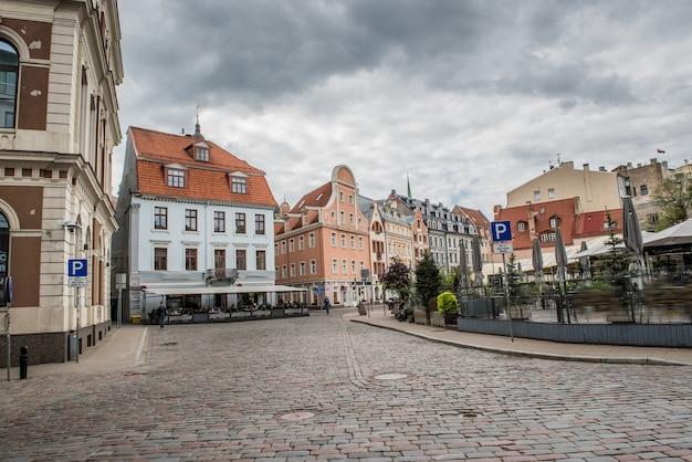 Riga, centro storico della città vecchia della lettonia con strade e caffè medievali