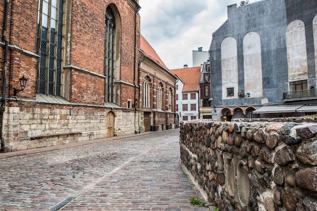 Riga old town s street view vicino luterana chiesa di san giovanni s, latvia