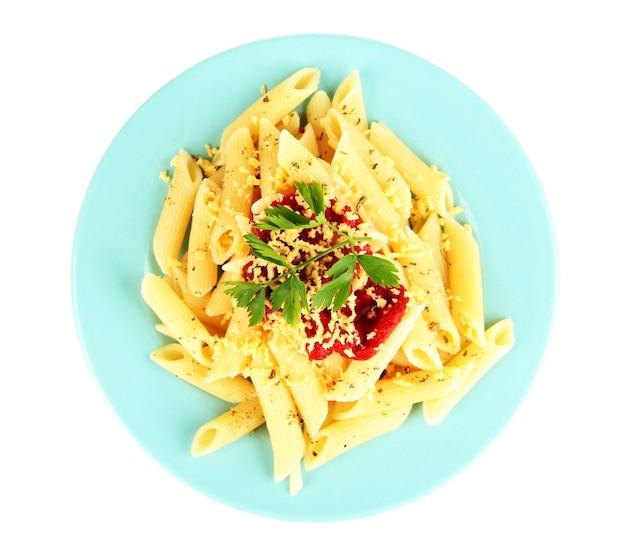 Piatto di pasta rigatoni con salsa di pomodoro isolato su bianco