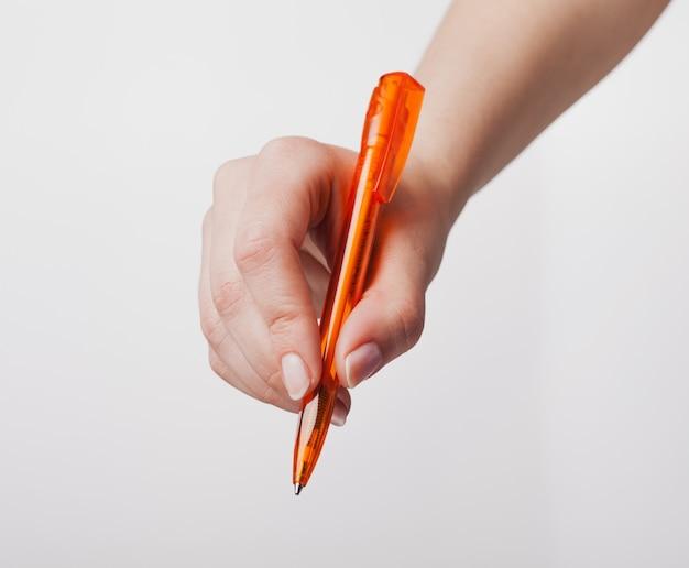 Mano destra che tiene una penna