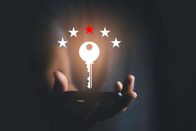 Il lato destro che cattura lo smartphone, l'icona piatta vettoriale sulla chiave e la valutazione sopra il telefono, l'idea e la fotografia del concetto di successo, la luce arancione della grafica computerizzata